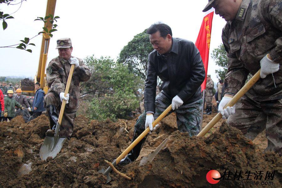 市委书记、市人大常委会主任刘君在广西第二届园博园工地种植树木