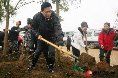 市长李志刚在广西第二届园博园工地种植树木  记者唐侃 摄