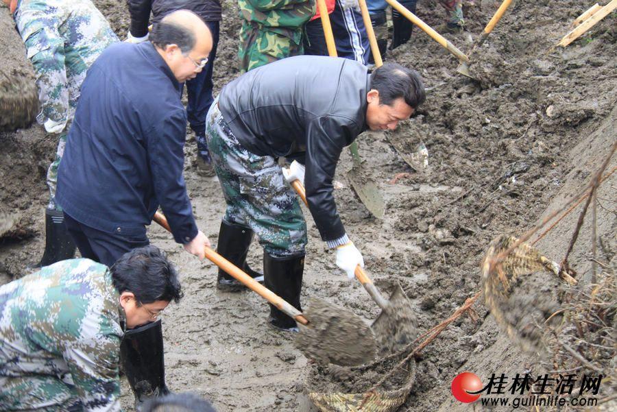 刘君与广大干部群众来到象山区二塘乡额头村参加兴修水利活动,清理额头村西干渠桂林支渠的淤泥。