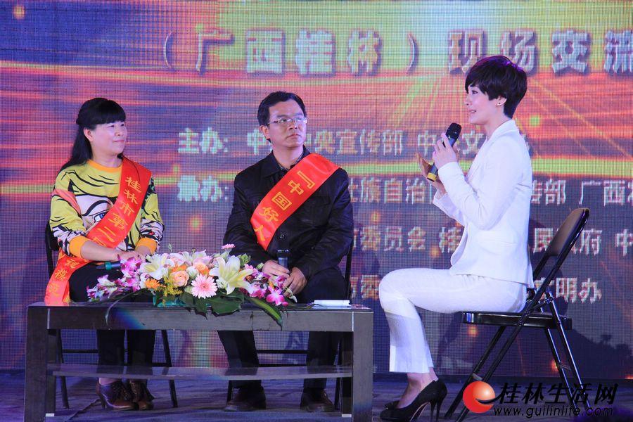 """""""中国好人榜""""孝老爱亲好人周文联(中)和桂林市助人为乐模范喻显明(左)现场接受主持人访谈"""