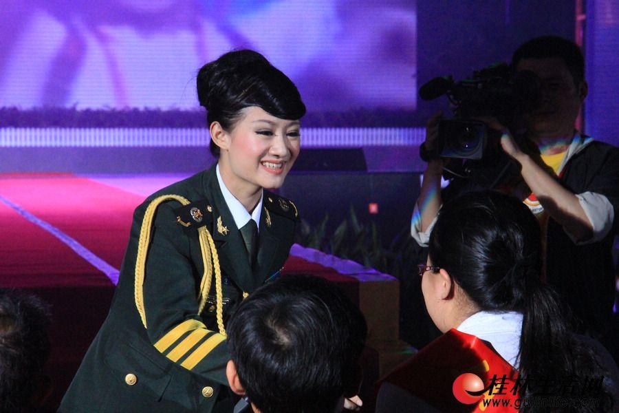 中国人民解放军艺术学院青年歌手韦玮演唱《好人就在身边》并与全国道德模范的代表以及荣登中国好人榜的好人代表和桂林市第二届道德模范及提名奖获得者握手。