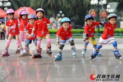 8月8日,小朋友在桂林市中心广场滑轮滑。(何平江 摄)