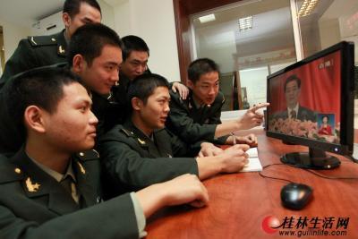 11月8日,桂林警备区的战士们在收看十八大开幕式电视直播后,又通过网络再次学习、领会大会精神。 记者刘教清 摄