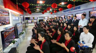 11月8日上午,桂林百货大楼股份有限公司电视机销售专区内所有电视都接入中央电视台直播信号,员工和顾客一起收看十八大开幕式盛况,胡锦涛同志的精彩报告让大家情不自禁鼓掌。记者黄雷 摄