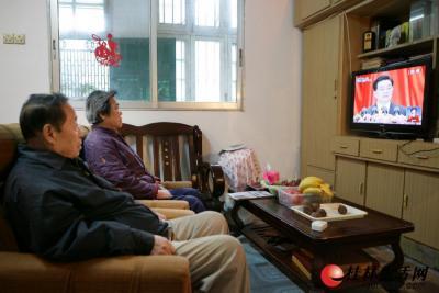 """11月8日上午,广西壮族自治区桂林老干部休养所老干部韩秉文(左)及夫人在家收看了十八大开幕式后,深情地对记者说:""""中国共产党的正确领导使国家富裕强盛,特别是近十年来取得了前所未有的成绩,应该很好地总结,使中国今后能更好地向前迈进。"""" 记者陈平 摄"""
