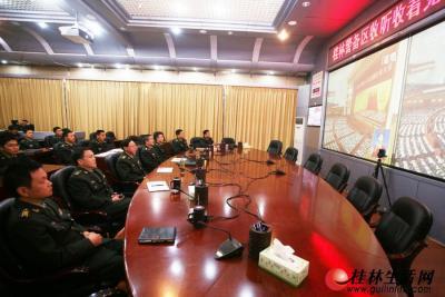 11月8日上午,桂林警备区官兵通过大屏幕收看十八大开幕。桂林警备区所属部队分1个主会场、20个分会场集中收听、收看了党的十八大开幕盛况。直播结束后,官兵进行学习讨论。 记者李凯 摄