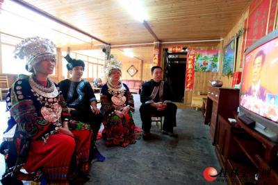 11月8日上午,龙胜县泗水乡排坊村,村里的苗族同胞在家里收看十八大直播。 通讯员韦吉阳 首席摄影记者游拥军  摄