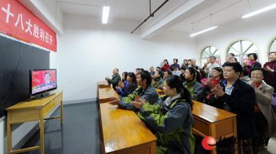 11月8日上午,十八大代表王远文所在社区奇峰小筑的党员群众观看十八大开幕。 记者唐艳兰 摄