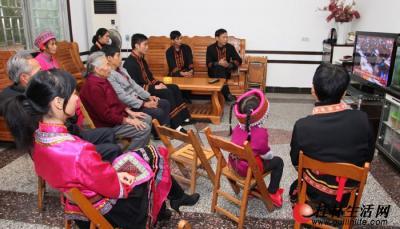 11月8日上午,恭城瑶族自治县莲花镇红岩村各族党员群众在家中收看十八大开幕式。 通讯员孟华 摄