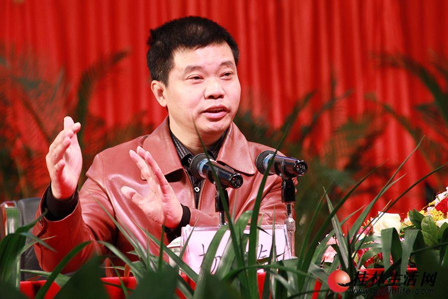 """市委讲师团副团长杨佐钊进行了""""和谐的集体、鲜明的主题""""首场宣讲。"""