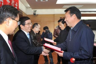 市委书记、市人大常委会主任刘君,市长李志刚分别为5名漓江学者颁发聘书。 记者何平江 摄