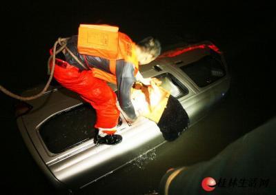 消防官兵正在查看车内情况。