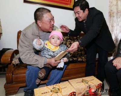 昨天,慰问组来到秀峰区丽君社区困难群众家中,送上新春的祝福。记者李凯 摄
