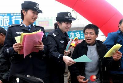 桂林火车站的志愿者们向返乡农民工宣传安全返乡知识。    记者刘教清 摄