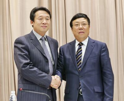 在2月2日上午的全市领导干部会议上,刘君同志(左)与赵乐秦同志(右)亲切握手。记者黄雷 何平江摄