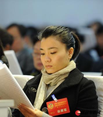 """莫慧兰在微博上说""""认真开会"""",看,莫慧兰看报告的神情真专注。记者唐艳兰 摄"""