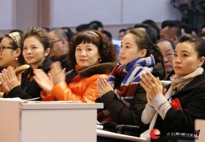 昨日,在市政协四届三次会议现场在前排就坐的特邀委员文清、罗宁娜、李婷、莫慧兰一起鼓掌,欢迎大会的召开。记者 李凯 摄
