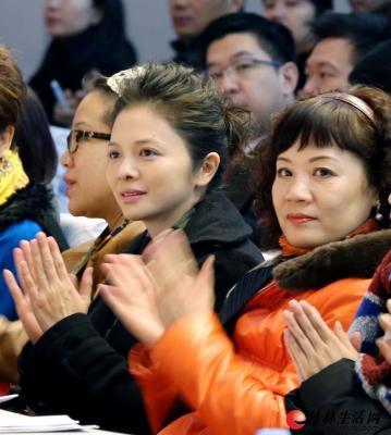 市政协委员文清(右二)、罗宁娜(右一)在政协桂林市第四届委员会第三次会议开幕会上。 记者何平江 摄