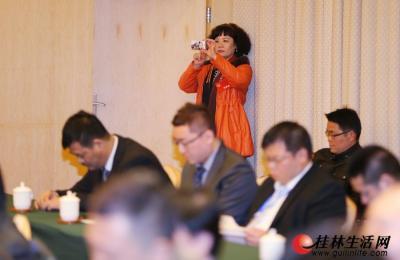 昨日,在会议间隙特邀委员罗宁娜客串会议记者,站在会场一角拍摄会议盛况。记者 李凯 摄
