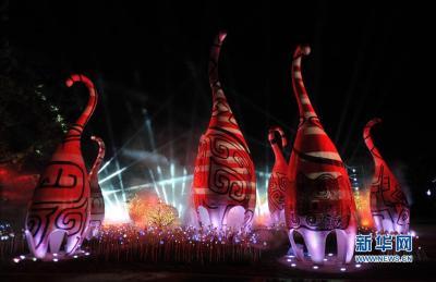 这是3月12日在广西桂林市象山公园拍摄的大型超媒体奇幻景观《神秘象寨》场景。 据介绍,大型超媒体奇幻景观《象山·传奇》是高端大型超媒体科技文化旅游项目,项目总投资约1.6亿元,通过声、光、电等高科技新媒体手段,以桂林山水地标象鼻山为屏,注入桂林特有的山水印记、桂林人的生活元素和桂林的历史传说,演绎《神象传说》等场景。新华社记者 陆波岸 摄