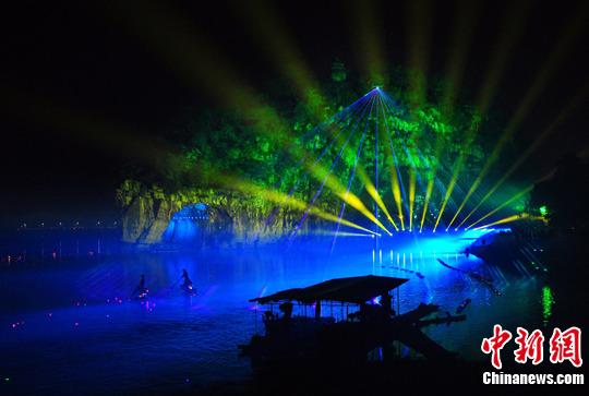 图为实景魔幻剧场。3月12日,大型超媒体奇幻景观《象山·传奇》在广西桂林市城徽象鼻山上演。中新社发 唐梦宪 摄