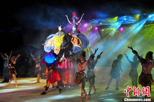 3月12日,大型超媒体奇幻景观《象山·传奇》在广西桂林市城徽象鼻山上演。中新社发 唐梦宪 摄