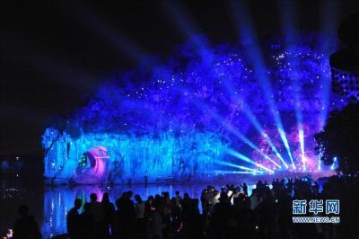 """该景观的最大特点是将长135米、宽65米的象鼻山山体作为投影屏幕,用声、光、影的巧妙结合,讲述桂林""""象山水月""""的梦幻传说。新华社记者 陆波岸 摄"""