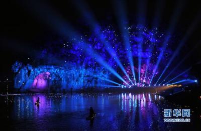 这是3月12日在广西桂林市象山公园拍摄的大型超媒体奇幻景观《象山·传奇》场景。 据介绍,大型超媒体奇幻景观《象山·传奇》是高端大型超媒体科技文化旅游项目,项目总投资约1.6亿元,通过声、光、电等高科技新媒体手段,以桂林山水地标象鼻山为屏,注入桂林特有的山水印记、桂林人的生活元素和桂林的历史传说,演绎《神象传说》等场景。新华社记者 陆波岸 摄