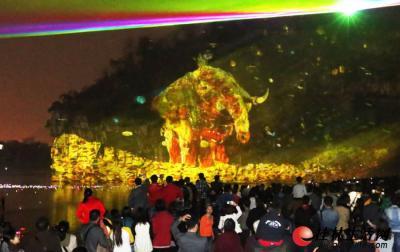"""在投影和激光的映射下""""神象传说""""中的大象仿佛正向 游 人 走来,栩栩如生。记者张鲲/文 李凯/摄"""