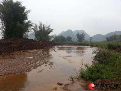 燕水村和乐加村中间的一段河道被黄泥浆淤塞。记者周绍瑜