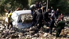 岩石坍塌:砸中面包车 3人抢救无效死亡