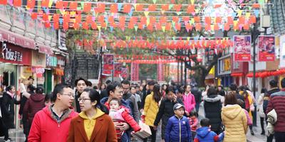 正阳步行街挂满了国旗和喜庆灯笼