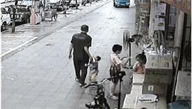 幼童当街被拖走 人贩子:没我拐不走的孩子