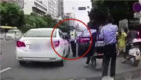 交警被指碰瓷执法:未触车而倒地 2人停职