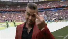 世界杯开幕式 英国歌星向镜头比中指