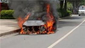 恐怖!一小轿车行驶过程中自燃 刹车还用不了