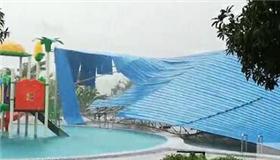 柳州市现6级以上强风 狂风掀翻泳池钢架棚