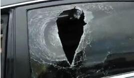 无牌轿车闯卡逃费 被扔石头砸伤车内女童