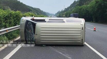 面包车高速路上突然爆胎 司机猛打方向侧翻
