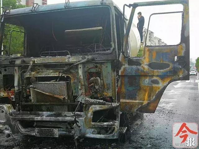 嚇人!下雨天一輛水泥罐車開著開著自燃