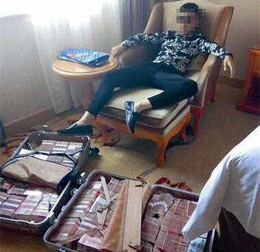 亚洲城_小伙晒海量现金惊动警察引出大案
