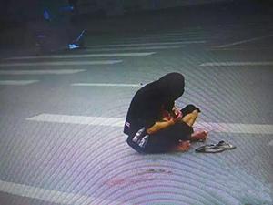 男子抱着狗,双脚满血迹在哭泣……