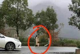 全裸女子在雨中行走!