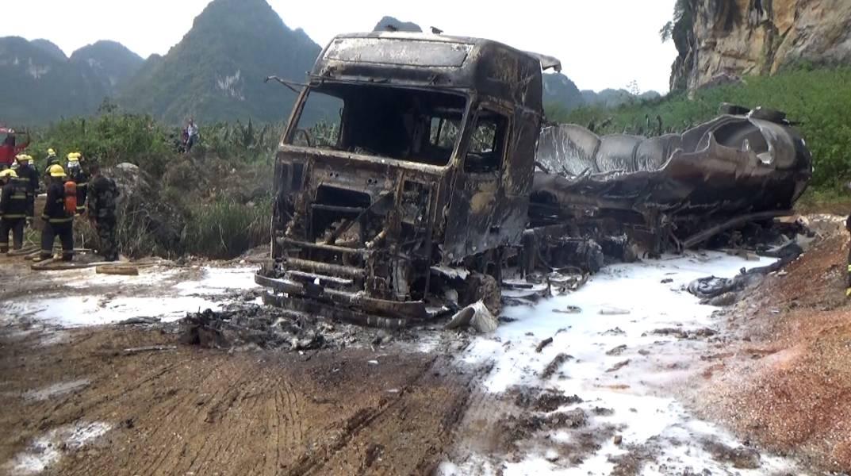 油罐车燃起数米高火焰,车内装载甲醇