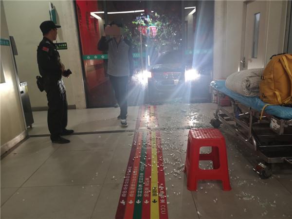 女司机雨夜撞碎医院急诊玻璃门