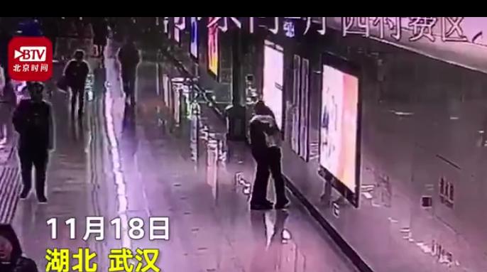 女子连加班1个月在地铁崩溃大哭