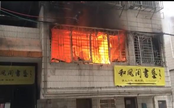 桂林一楼房突发起火