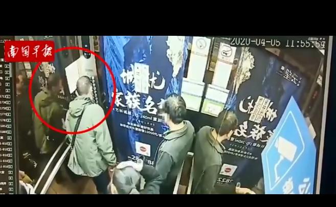 一男子向小区电梯按键吐口水