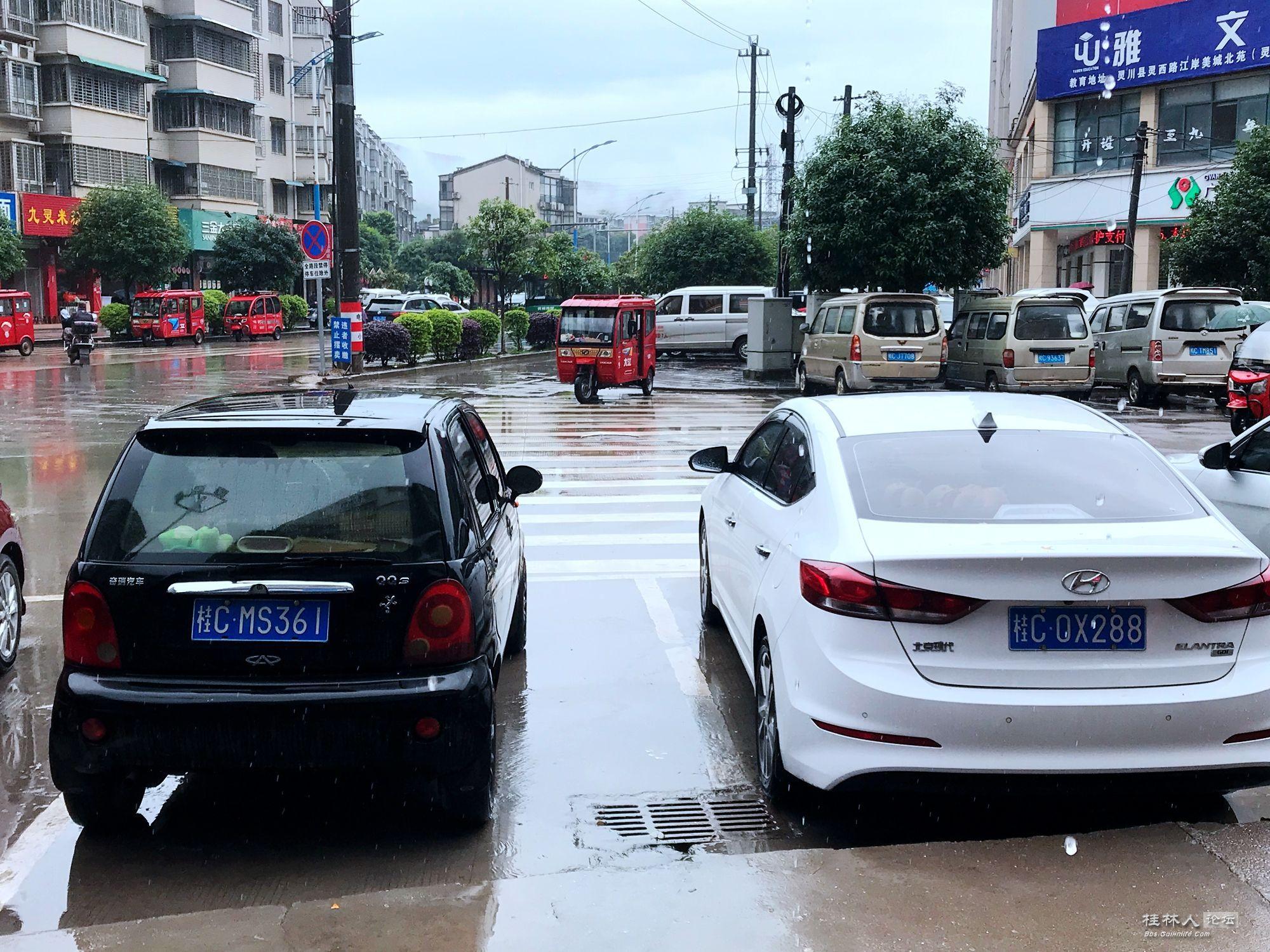 """人行横道一头被停车位""""占领"""""""